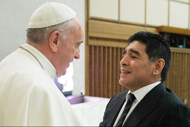Le pape François et Diego Maradona, le 1 septembre 2014 à Rome.