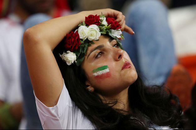 Une supportrice iranienne ne peut cacher sa déception après l'élimination de l'Iran.