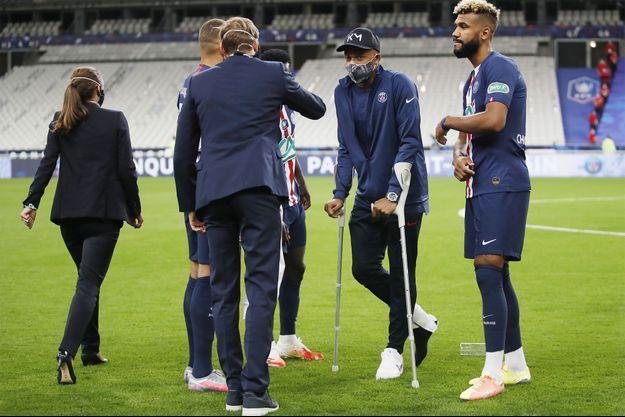 Kylian Mbappé s'adresse au président Emmanuel Macron à l'issue de la finale de Coupe de France remportée par le PSG.