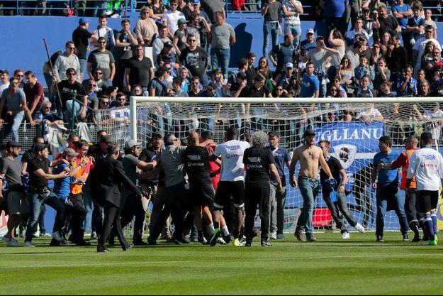 La rencontre de Ligue 1 entre Bastia et Lyon n'a pu aller à son terme après des altercations entre des supporters bastiais et les joueurs lyonnais.