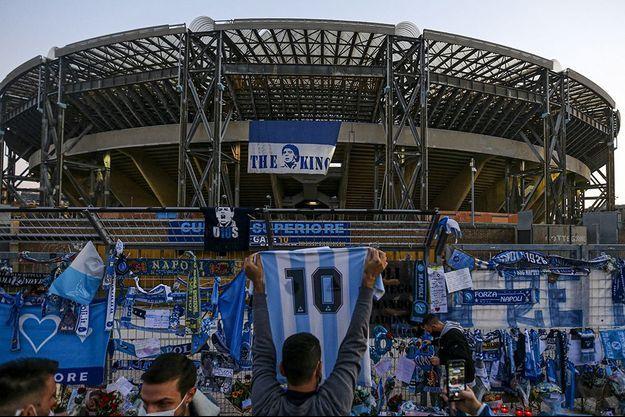 Les supporters de Naples ont rendu hommage à Diego Maradona.