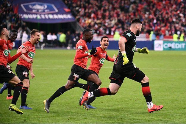 Koubek et les joueurs du Stade Rennais peuvent exultent : le Parisien Nkunku vient de rater son penalty.