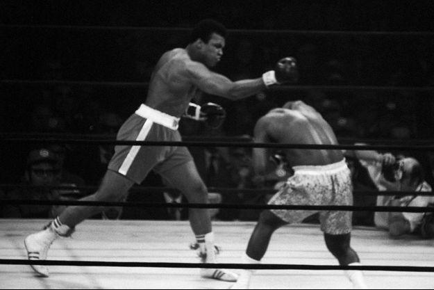 Mohamed Ali (à gauche), lors du premier match face à Joe Frazier