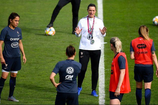 Corinne Diacre parle à ses joueuses à Clairefontaine, le 27 mai 2019.