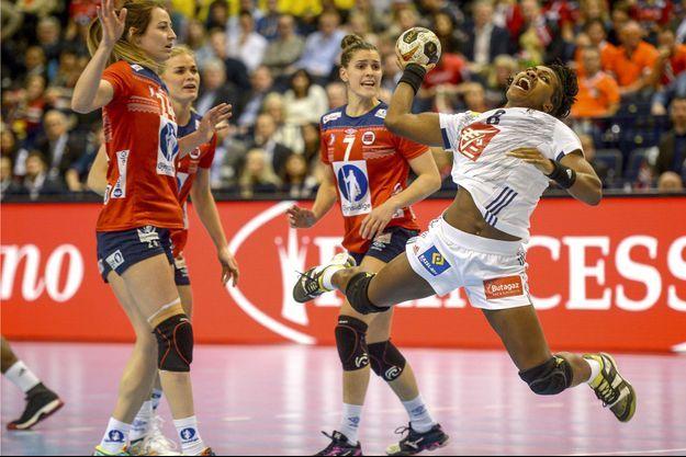La Française Laurisa Landre (en balnc) face aux Norvégiennes tenantes du titre.