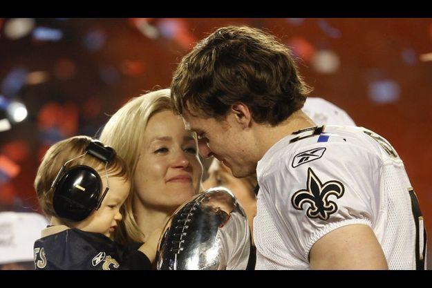 Drew Brees, héros de ce 44ème Superbowl, fête la victoire des Saints avec sa femme et son fils.