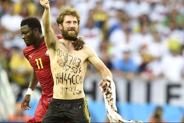 """Le """"streaker"""" du match Allemagne-Ghana portait sur lui des inscriptions nazies."""