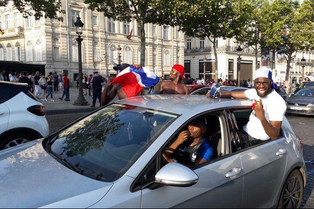 C'était la fête des klaxons sur les Champs-Elysées.