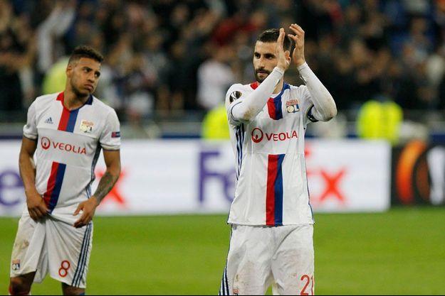 Le capitaine de Lyon Maxime Gonalons remercie ses supporters après l'élimination en demi-finale de la Liga Europa.