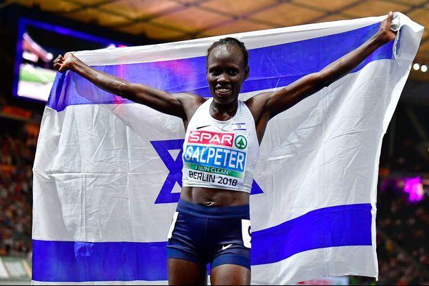 Lonah Chemtai Salpeter brandit le drapeau israélien à Berlin, mercredi soir, après sa victoire sur 10 000 mètres.