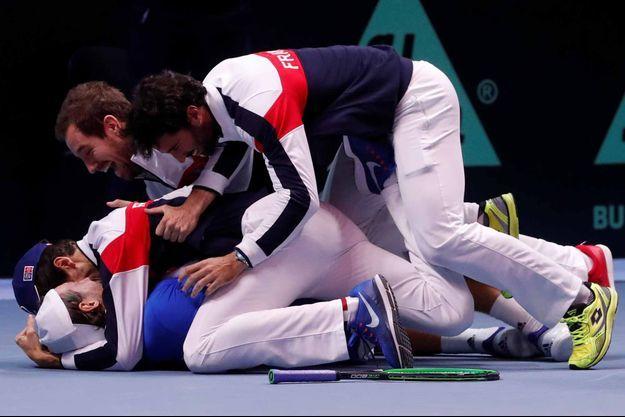 Lucas Pouille lors de sa victoire face à Steve Darcis en finale de la Coupe Davis.