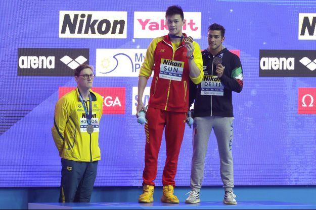 Mack Horton refuse de partager le podium avec Sun Yang. Il a posé plus tard à côté du médaillé de bronze italien, Gabriele Detti.
