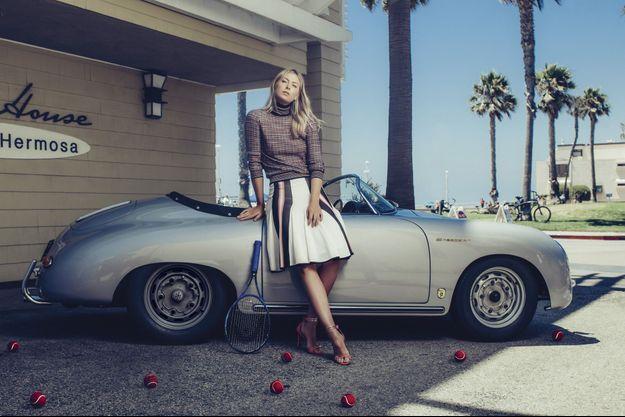 Pour s'évader, l'égérie Porsche fait ronronner sa 356 Speedster sur les routes californiennes. A Hermosa Beach, Los Angeles, où elle habite, le 21 juillet.