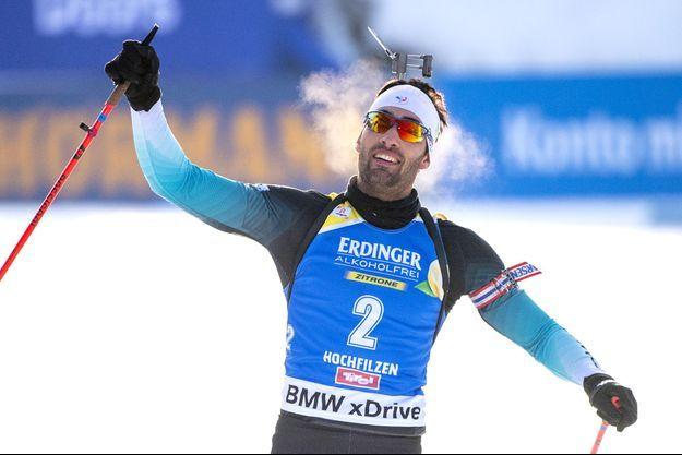 Martin Fourcade lève le point pour célébrer sa victoire lors de la poursuite d'Hochfilzen.