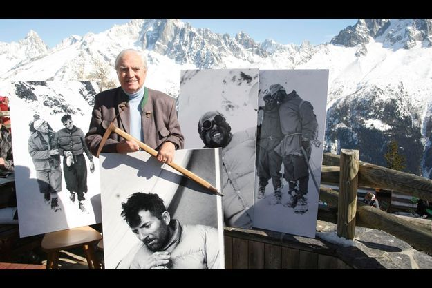 Le 7 juillet 2010, sur la terrasse du restaurant La Bergerie de Planpraz, au-dessus de Chamonix. L'ex-alpiniste tient un piolet de 1950. De g. à dr., des photos de l'expédition. 1. Gaston Rébuffat (à dr.) épuisé et souffrant d'ophtalmie. 2. Herzog, dont la peau des doigts gelés part en lambeaux. 3. Louis Lachenal, le guide de haute montagne qui l'a accompagné au sommet. 4. Lionel Terray, soutenu par un sherpa, Ang-Tharkey, a momentanément perdu la vue.