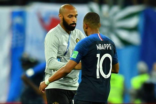 Entraîneur des attaquants belges, Thierry Henry félicite Kylian Mbappé.