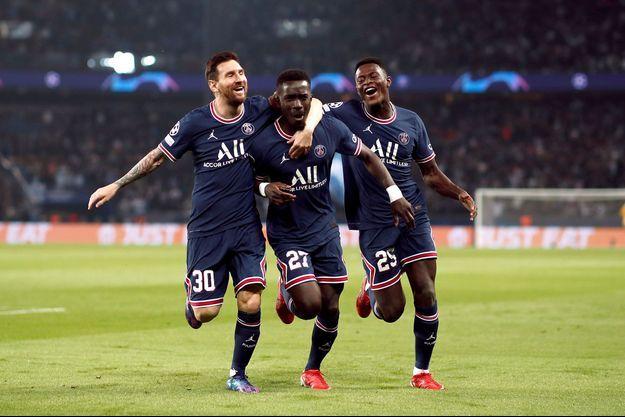 Lionel Messi félicite Idrissa Gueye auteur du premier but.