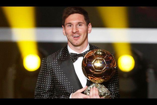 Lionel Messi, tout sourire, avec son nouveau bébé dans les bras.