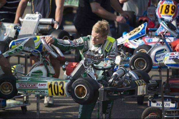 Mick Schumacher travaillant sur son karting à Genz, en Belgique.