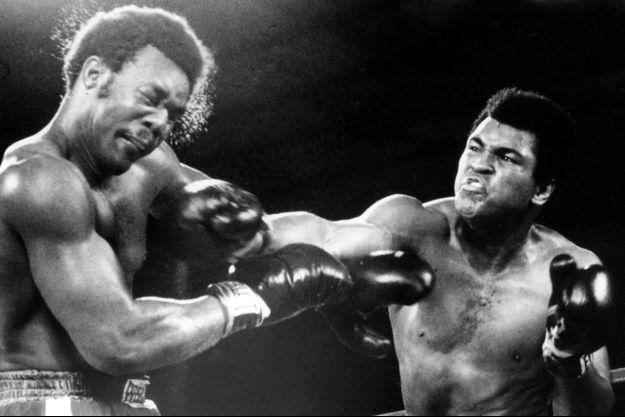 Mohamed Ali reprend le titre de champion du monde à Foreman, en 1974 à Kinshasa.