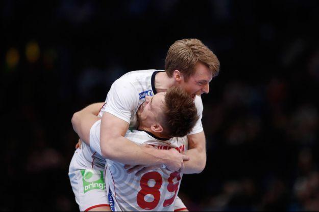 Les Norvégiens Espen Lie Hansen et Kristian Bjornsen célèbrent la victoire.