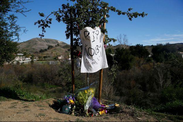 Des fleurs déposées à Calabasas, non loin du l'endroit où l'hélicoptère s'est écrasé.