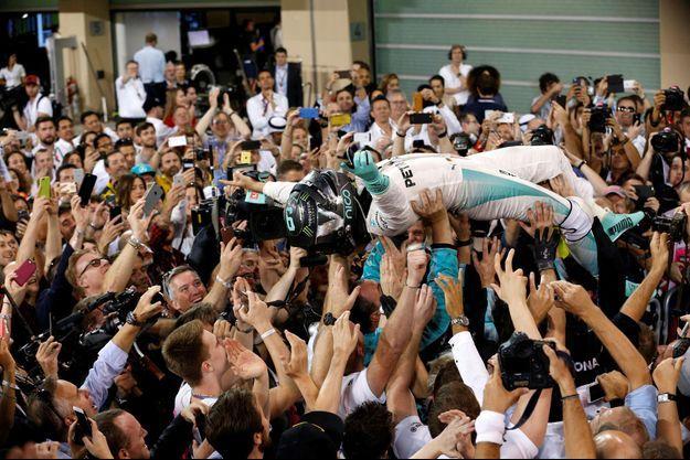 Nico Rosberg est porté en triomphe après le Grand prix.