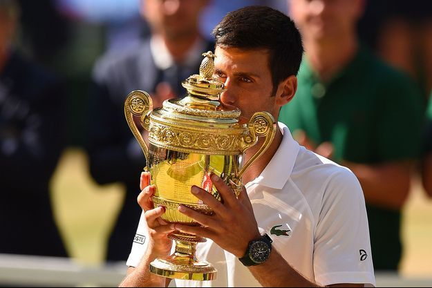 Novak Djokovic embrasse le trophée de Wimbledon.
