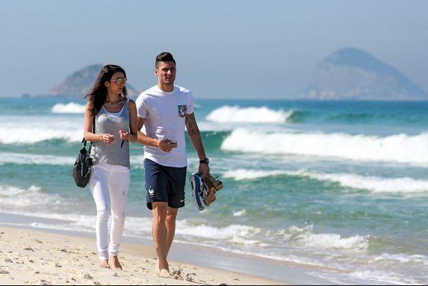 Avec sa femme, Jennifer, promenade sur une plage de Rio, en juin 2014.