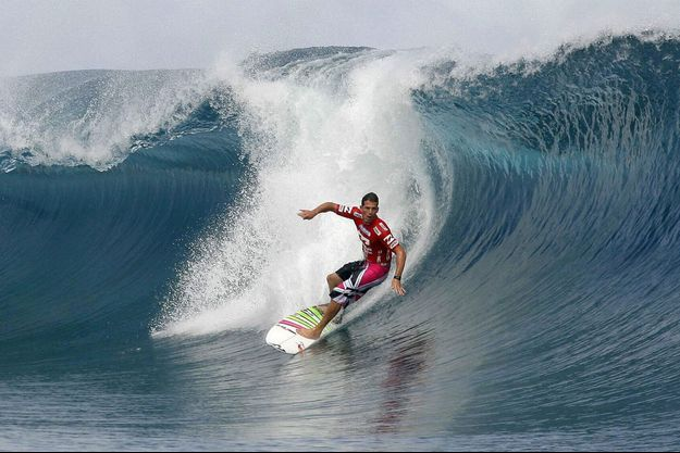 Le surfeur Andy Ironssur la vague de Teahupoo.