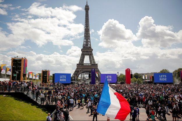 La Tour Eiffel, dimanche, devait être habillée d'un drapeau géant.
