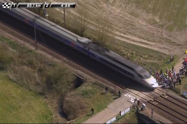Certains coureurs ont prudemment attendu le passage du TGV.