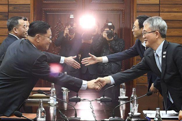 La poignée de main entre les représentants des deux Corées.