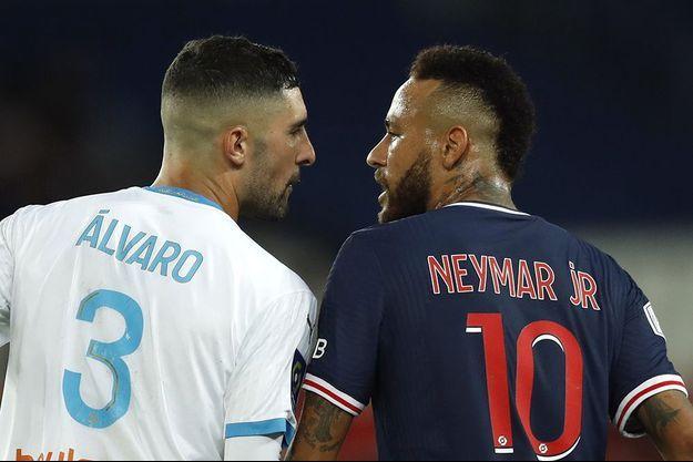 Alvaro Gonzalez et Neymar.