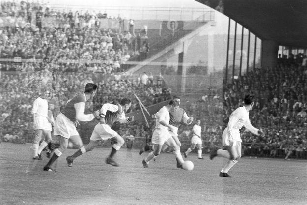 Raymond Kopa, ballon au pied, dans la tenue immaculée du Real Madrid, face au Stade de Reims, son ancien club, lors de la finale de la Coupe d'Europe. En juin 1959 à Stuttgart. En surimpression, le torero Antonio Ordonez, photographié quelques jours auparavant à Madrid.