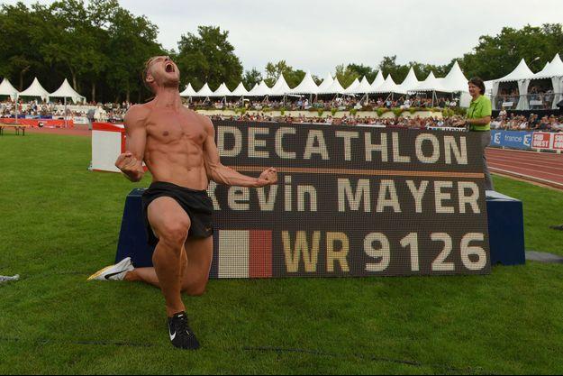 Kévin Mayer jubile devant la marque de son record du monde.