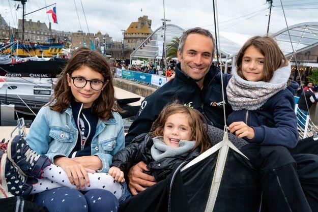 Fabrice Amédéo et ses trois filles, Joséphine, 10 ans, Garance, 5 ans et demi et Louise, 9 ans, à bord de l'Imoca Newrest.