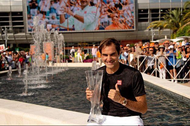 Roger Federer à Miami, son trophée dans les bras.