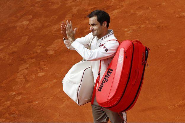 Roger Federer mercredi, salue le public après sa victoire.