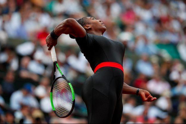 Serena Williams dans une combinaison noire lors de son match au premier tour du tournoi de Roland-Garros.