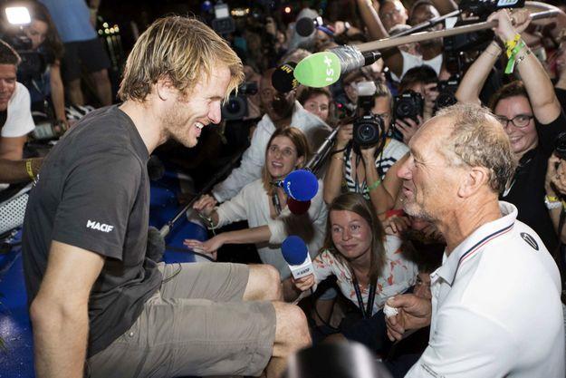 « Je n'ai pas de mérite, dit Francis Joyon, mon bateau avait gagné en 2014 avec Peyron, et en 2010 avec Cammas. Je suis content pour lui ! Il réussit la passe de trois… »
