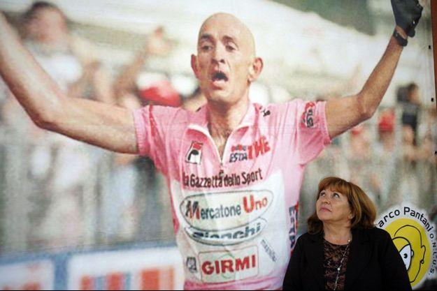 Tonina Pantani en 2007, posant devant une photo géante de son fils Marco triomphant dans le Tour d'Italie en 1998.