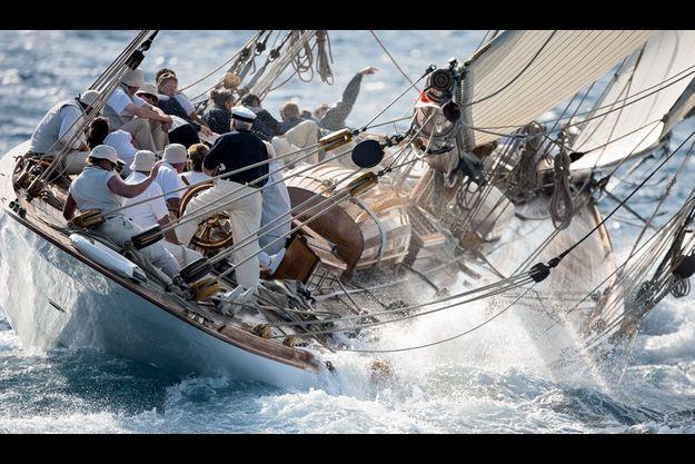 Vendredi 1er octobre, le « Mariquita », une « bête » de 1911, s'offre une manœuvre périlleuse. A la barre, le capitaine Jim Thom, 46 ans, un vieux pro de la course au large.