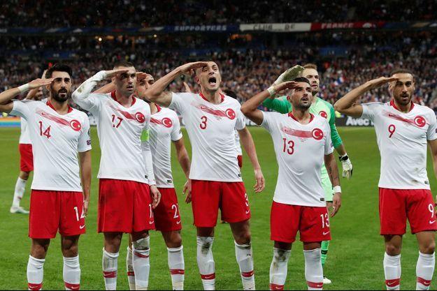 Le salut militaire des joueurs turcs après l'égalisation face à la France.