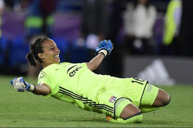 Sarah Bouhaddi célèbre son but lors de la finale de la Ligue des Champions le 1er juin 2017.