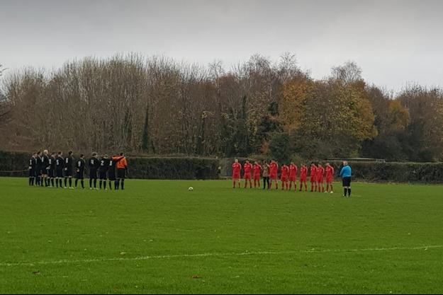 Deux équipes effectuent une minute de silence en mémoire du défunt, bien vivant