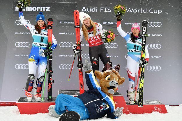 Mikaela Shiffrin entourée de Petra Vlhova à la deuxième place et de Wendy Holdener à la troisième place, le 8 décembre 2018 à Saint Moritz.