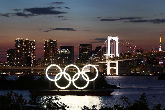 Les anneaux olympiques photographiés à Tokyo.