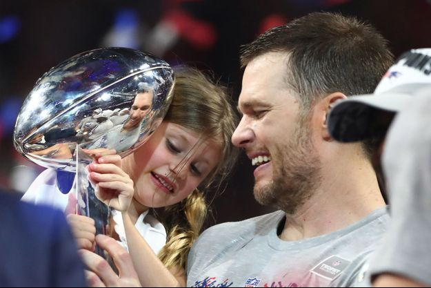 Tom Brady et le trophée de Super Bowl.
