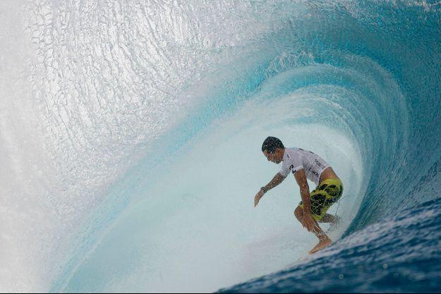 La vague mythique Teahupoo à Tahiti.